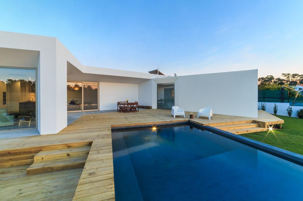 piscine design couleur bleu profond