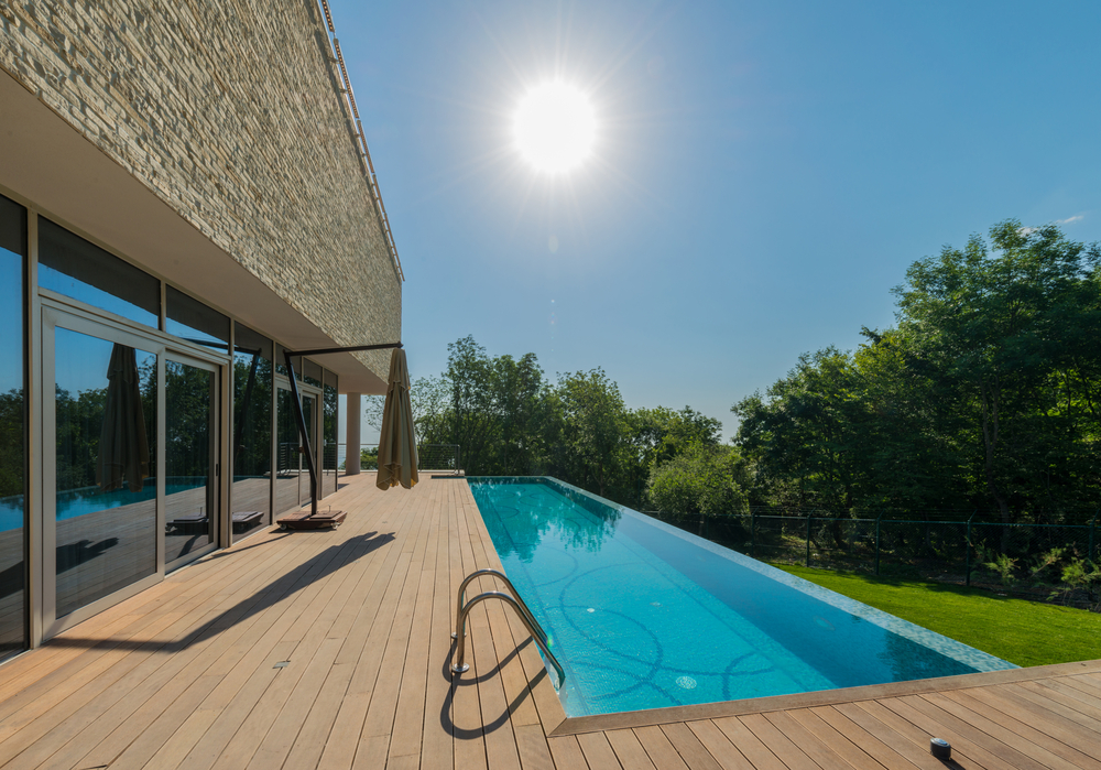 piscine couloir de nage devant une terrasse
