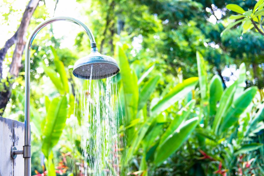 douche extérieure près de plantes