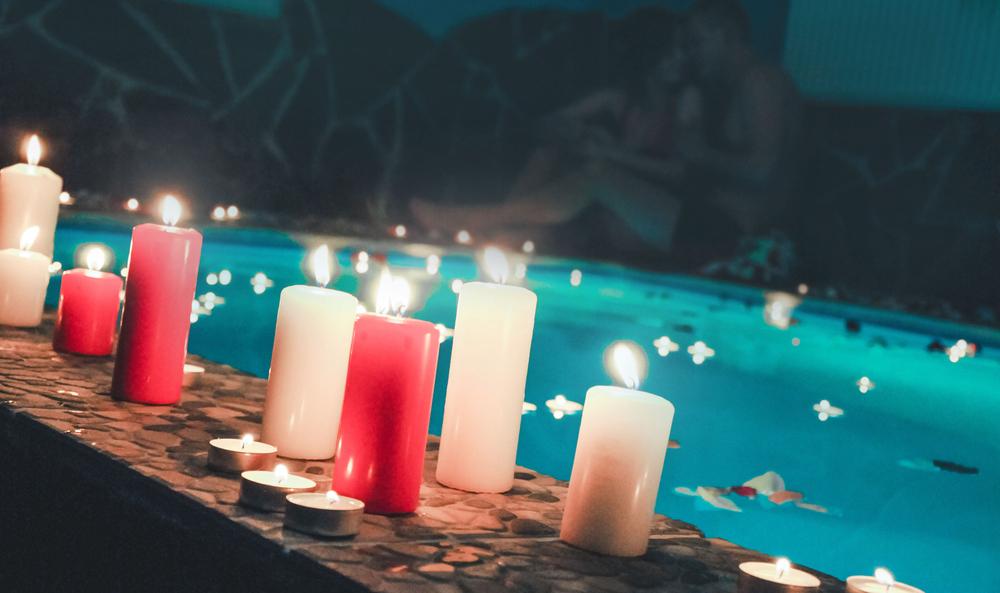 bougies flottantes dans une piscine