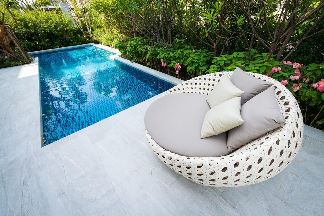 canapé lit au bord d'une piscine