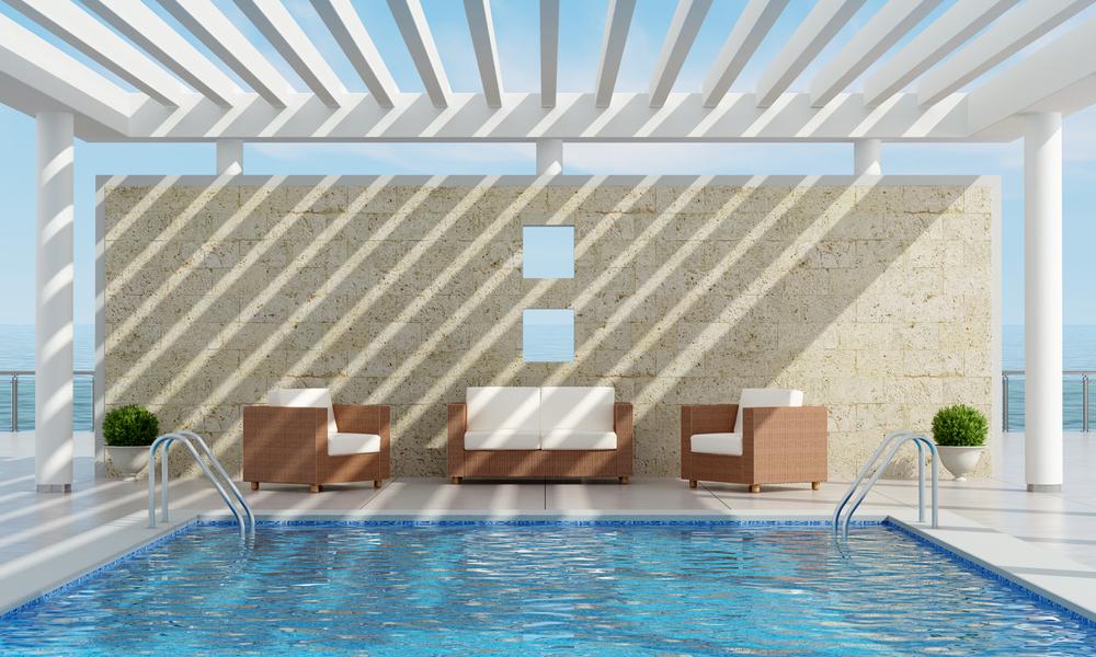 pergola au dessus d'une piscine, pour se protéger du soleil