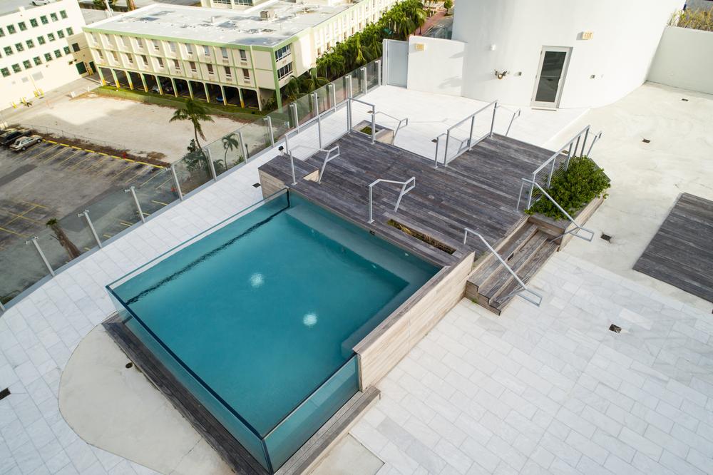 piscine en verre sur une terrasse