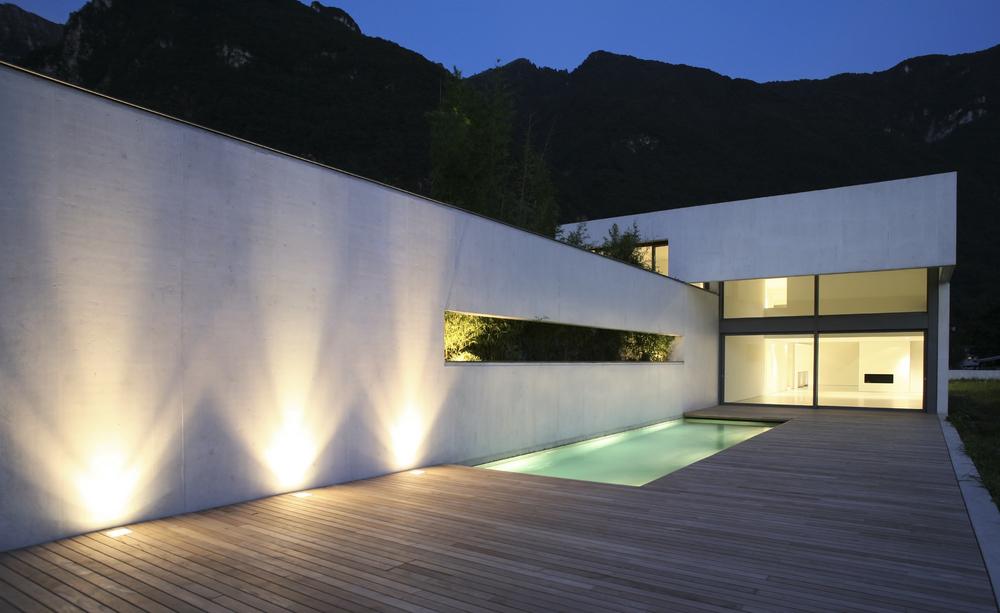 piscine éclairée par des projecteurs