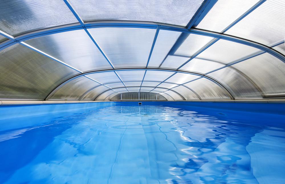 abri de piscine haut sur une piscine