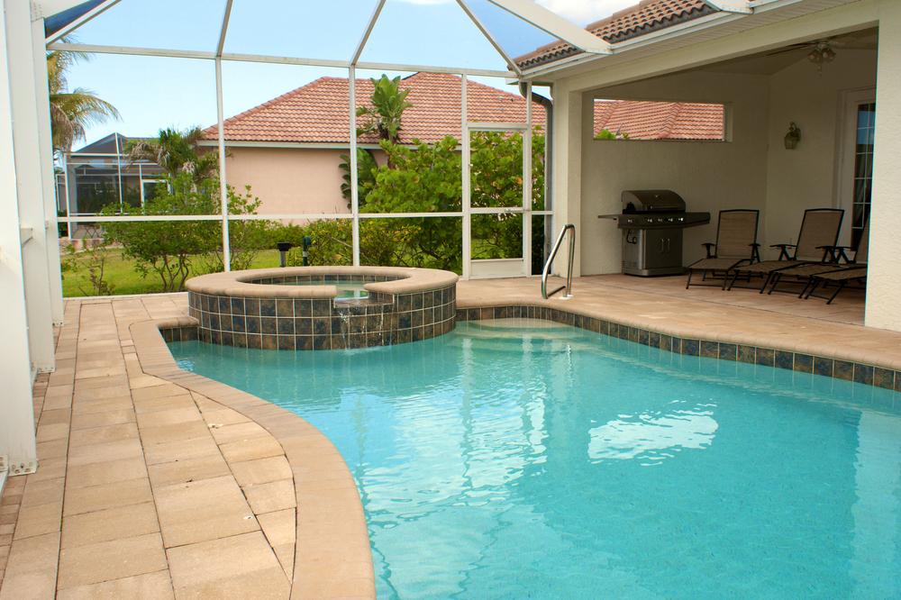 piscine intérieure sous une véranda