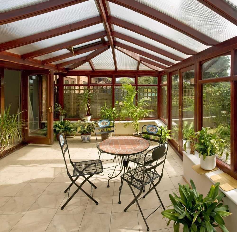 véranda en bois pour protéger sa terrasse et piscine