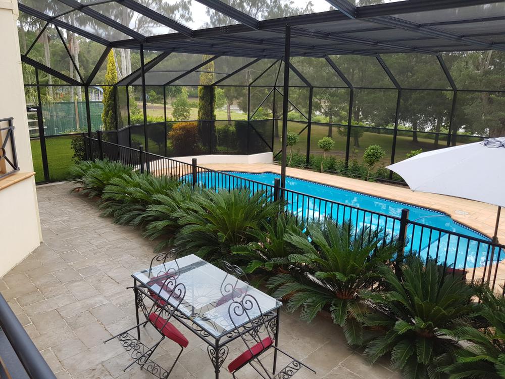 piscine avec une grande véranda