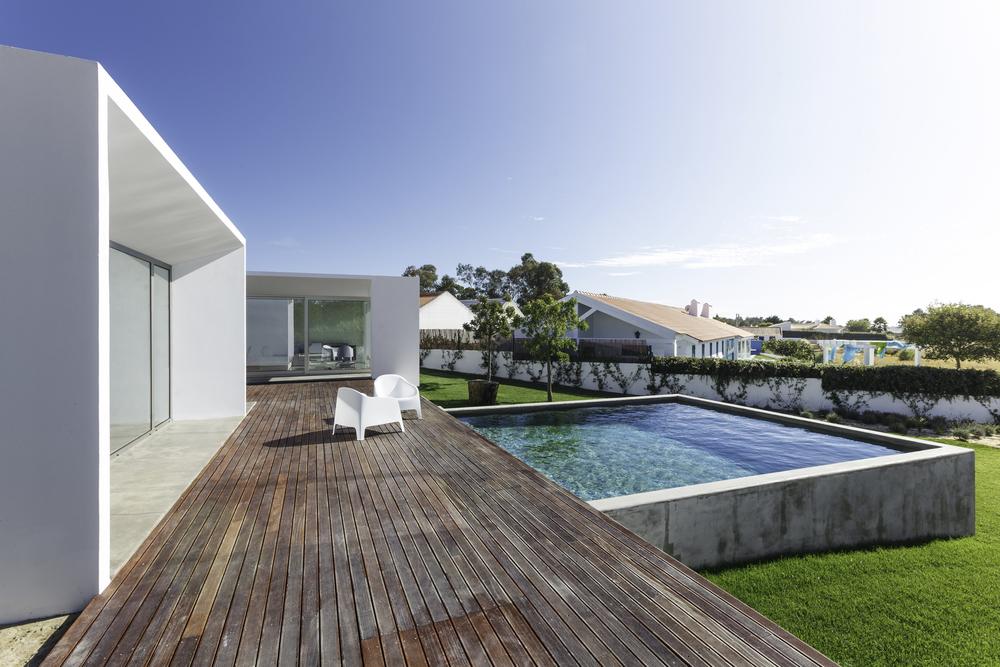piscine en pente dans le jardin