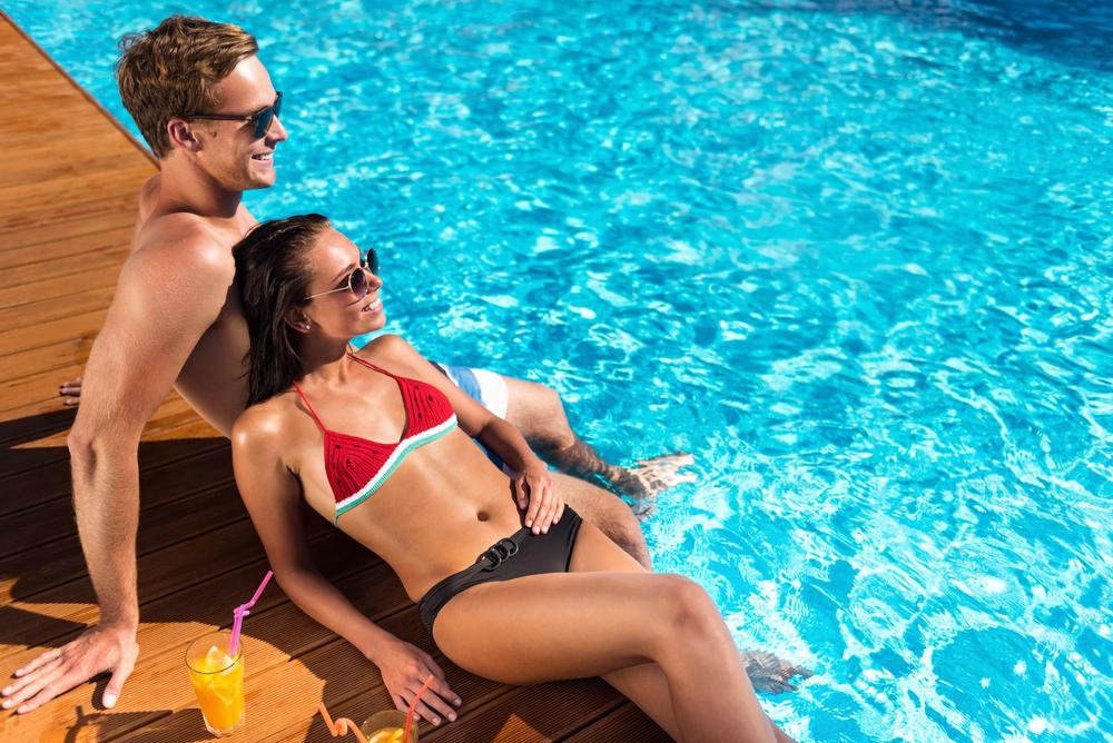 couple au bord d'une piscine